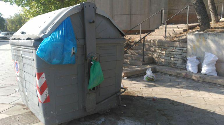 Imagen de un contenedor desbordado en Alicante -archivo-