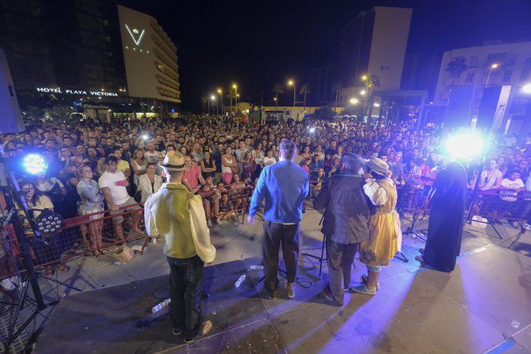 Un cuarteto actúa ante una abarrotada plaza Ingeniero La Cierva
