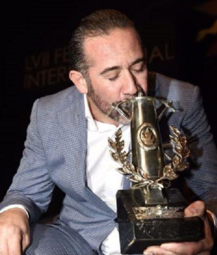 Alfredo Tejada Zurita, besando la Lámpara Minera
