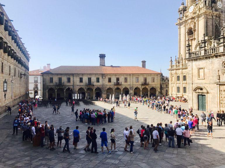 La fila de turistas que esperan a entrar a la catedral ocupa la plaza de la Quintana