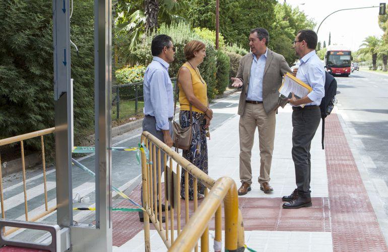 El alcalde, Juan Espadas, supervisa una de las nuevas paradas con que contará la nueva lanzadera a Sevilla Este