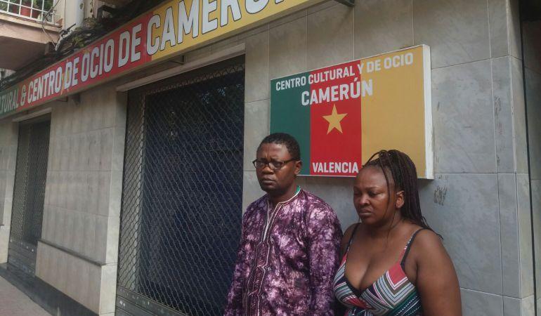 María Nieves Nfina Ondo junto a su marido Cédrik Komol en el centro cultural de Camerún, en Benicalap