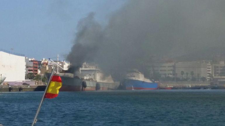 Incendio en un barco en el muelle Sanapú