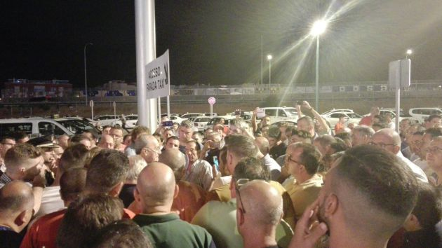 Reunión de los taxistas, de madrugada, con el alcalde de Málaga en el real de la Feria
