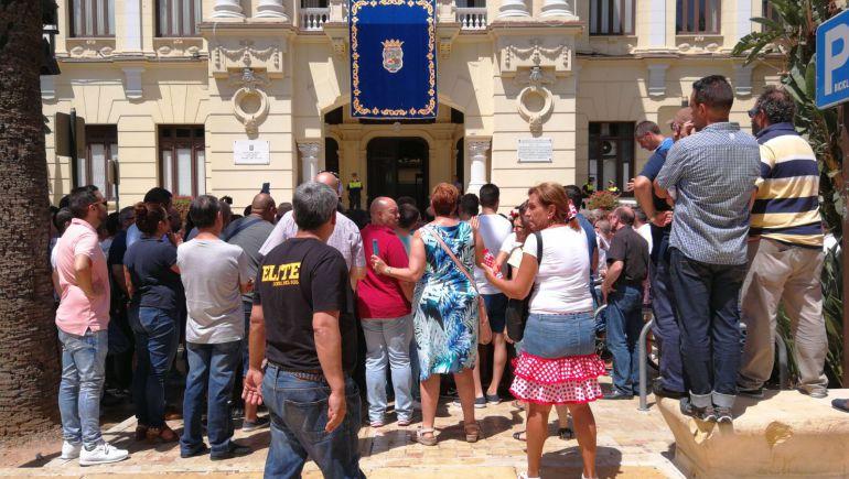 Unos 300 taxistas se concentraban este domingo a las puertas del Ayuntamiento de Málaga