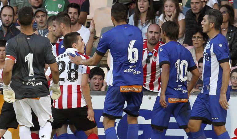 Los jugadores de Athletic y Alavés, durante la tangana previa a la finalización prematura del partido.