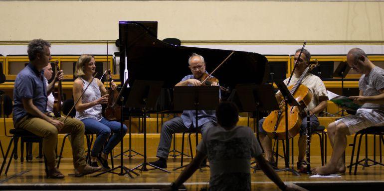 Los profesores del curso ensayan una pieza de música Klezmer en el auditorio del conservatorio Jesús Guridi.