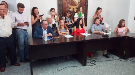 Damián Martínez, primero sentado por la izquieda y Pilar Montes, primera sentada a la derecha, durante el pleno de este miércoles.