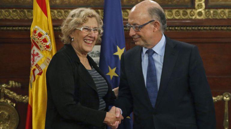 Manuela Carmena y Cristóbal Montoro, al término de su reunión en noviembre de 2016