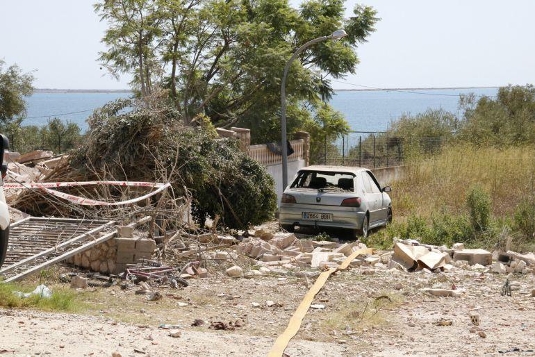 Pla general d'un cotxe malmès per l'ona expansiva de la deflagració en una casa d'Alcanar Platja.