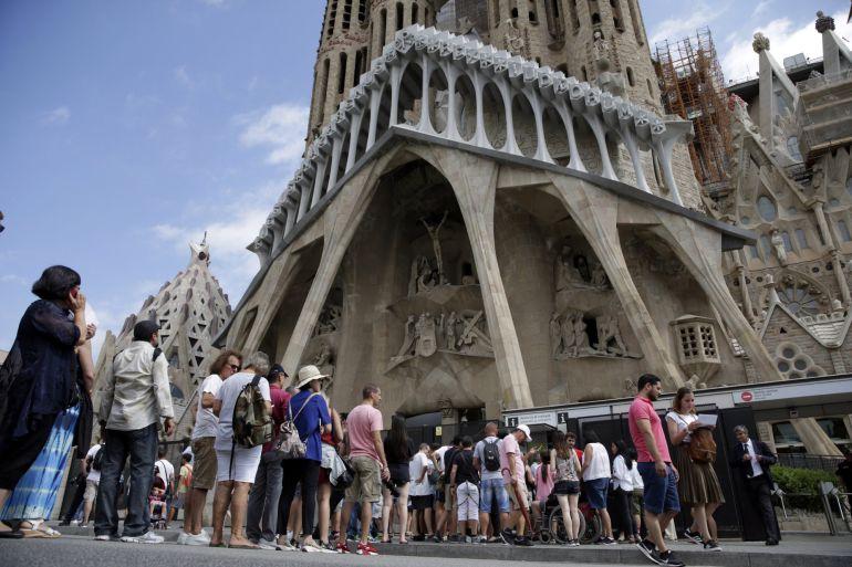 Cues davant la Sagrada Família