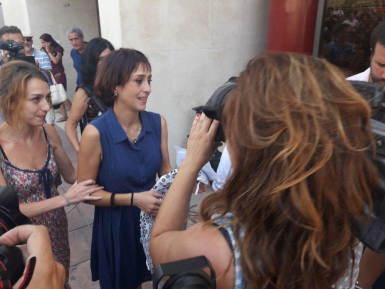 Juana Riva, en compañía de su hermana, a la salida de los juzgados.