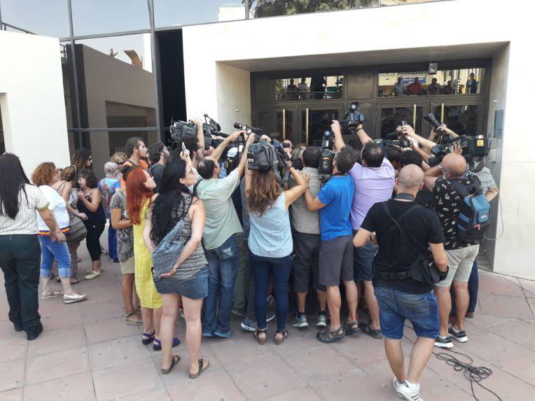 Decenas de peridistas rodean a Juana Rivas a la salida de los juzgados de Granada.