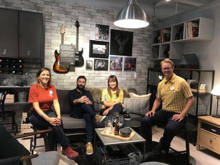 """IKEA presenta su Catálogo recreando el """"salón ideal"""" del grupo Viva Suecia"""