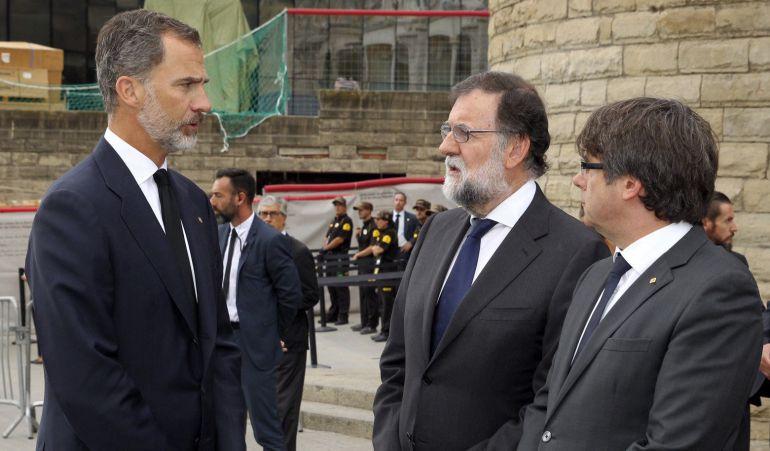 Fotografía facilitada por el Rey de Felipe VI hablando con el presidente del Gobierno, Mariano Rajoy, y el presidente de la Generalitat de Cataluña, Carles Puigdemont.