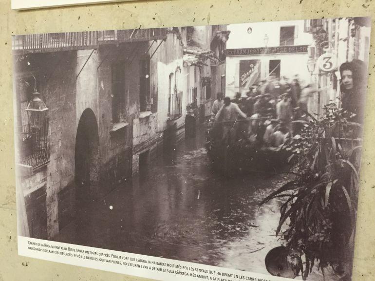 Una de les17 imatges que es poden veure a la biblioteca Marcel·lí Domingo, amb una barca plena de veïns rescatats dels balcons.