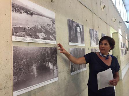 Núria Menasanch, besnéta política de Mestre i Noé, amb algunes de les fotos exposades.