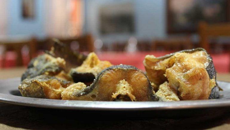 Un plato de anguilas fritas en Mesón do Loyo