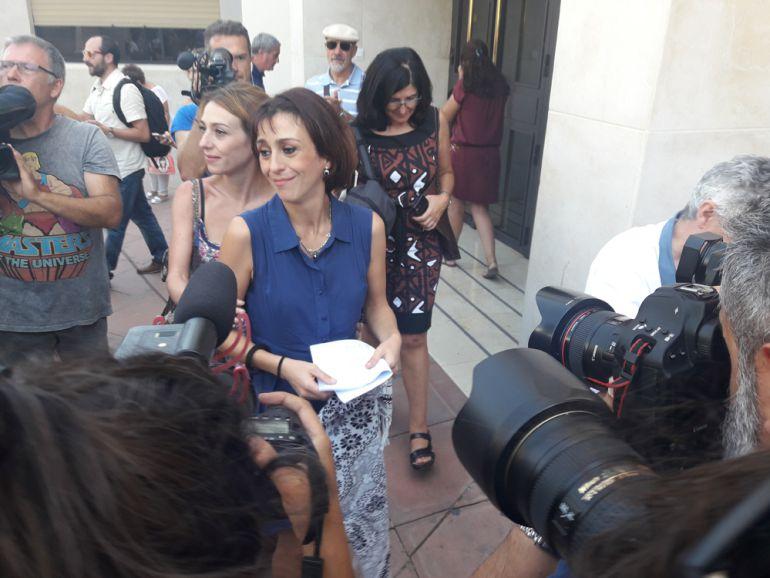 Juana Rivas sale del edificio judicial.