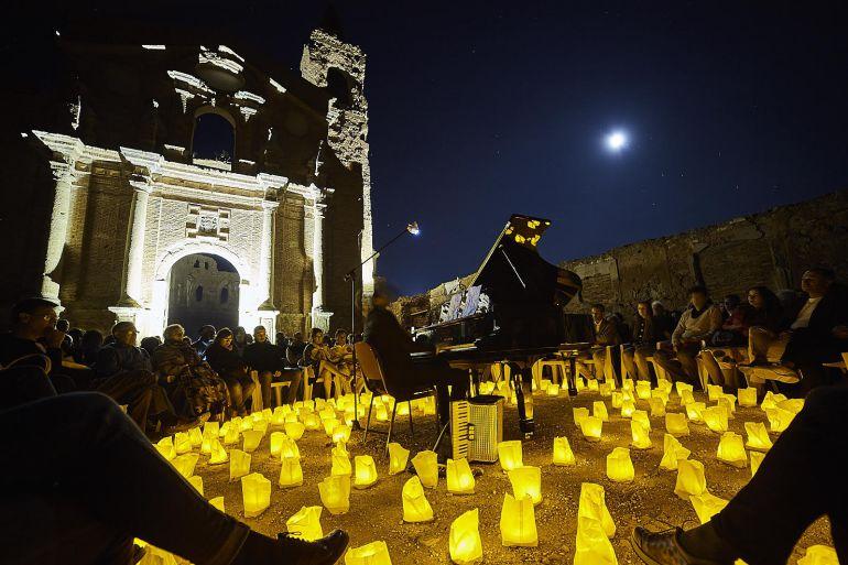 """Concierto """"1 piano, 200 velas"""", realizado entre las ruinas del Pueblo Viejo de Belchite"""