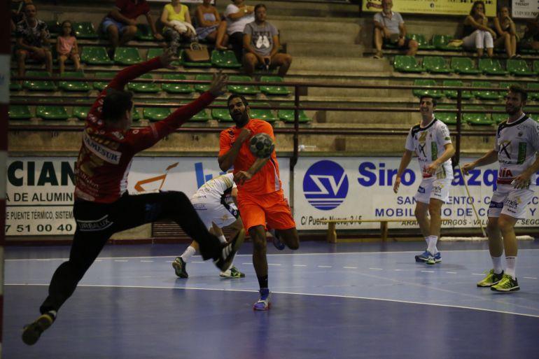 Iker Antonio realiza un lanzamiento en el partido ante Puente Genil