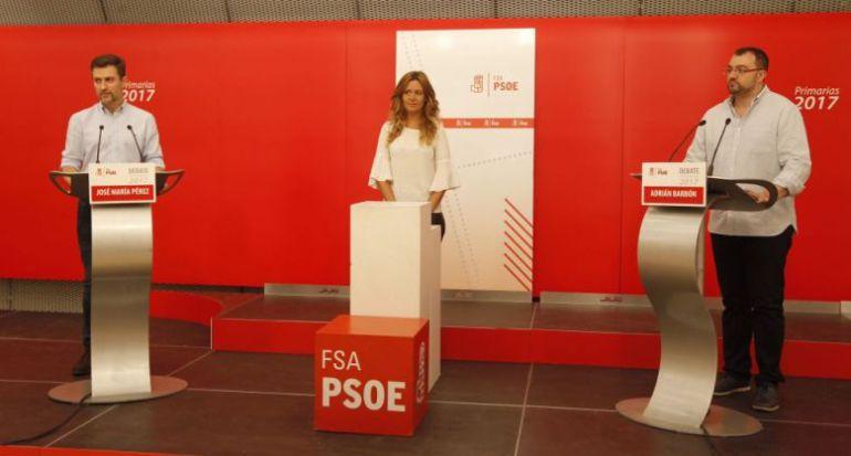 Los candidatos a las primarias de la FSA , José María Pérez a la izquierda y Adrián Barbón a la derecha durante el debate moderado por la decana del Colegio de Periodistas de Asturias, Lucía Fraga