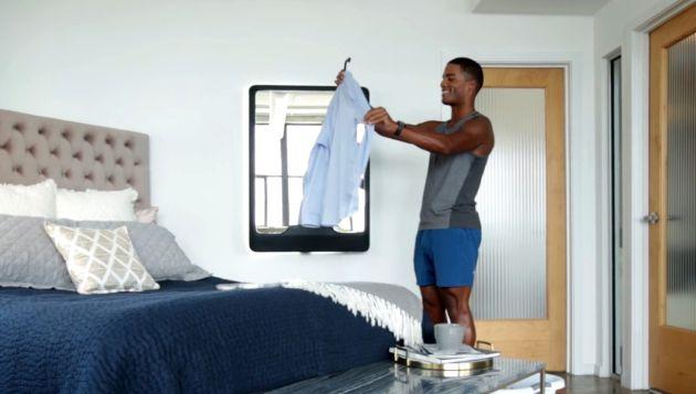 Un usuario con su Tersa Steam en la pared de su habitación
