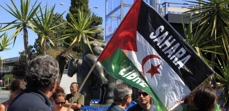"""Concentración de varias organizaciones el pasado sábado en la Terminal 1 del aeropuerto de Adolfo Suárez Madrid-Barajas para denunciar """"las flagrantes vulneraciones de derechos básicos"""" de un grupo de saharauis en el procedimiento de solicitud de protección internacional."""
