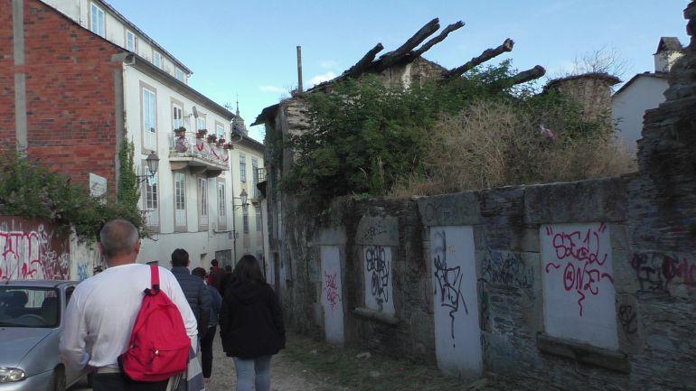 Pintadas en el barrio de A Tinería, en las inmediaciones de la Muralla