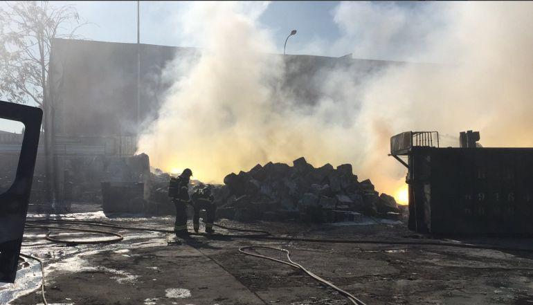 Los bomberos dan por extinguido el incendio de Fuenlabrada