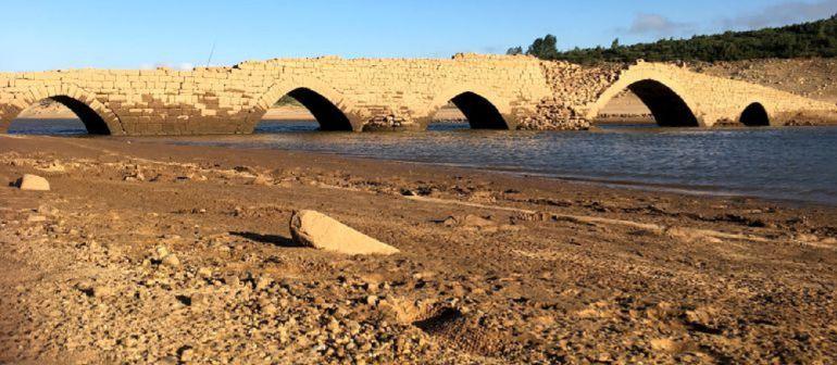 Puente de Villanueva Del Río (Palencia) de origen gótico y que se puede ver por la sequía ya que habitualmente está bajo el agua del pantano