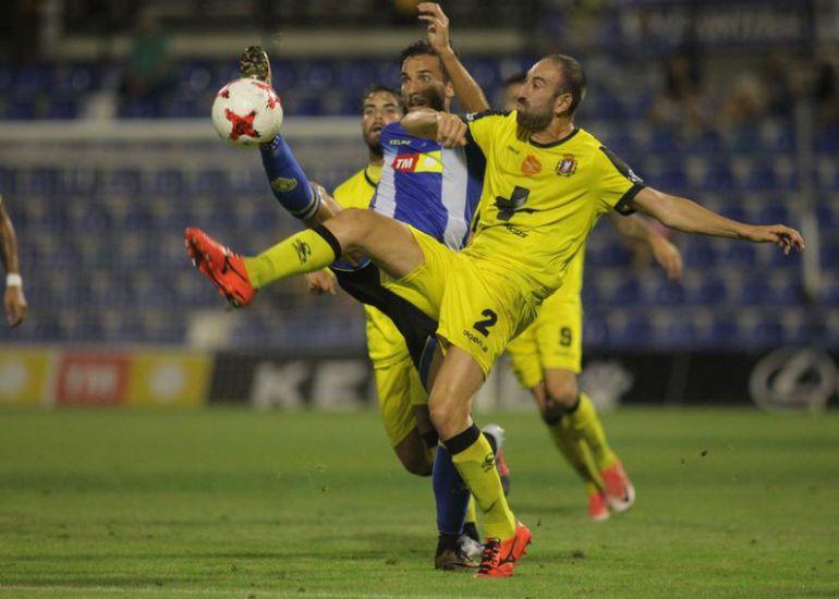 Óscar Díaz pelea un balón ante Juanjo