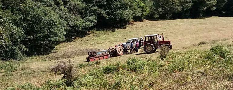 Rescate de una persona atrapada bajo su tractor en Las Regueras