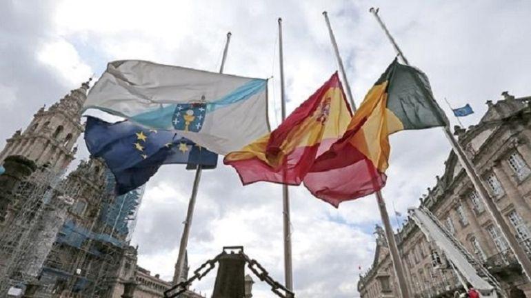 Banderas a media asta en la plaza del Obradoiro