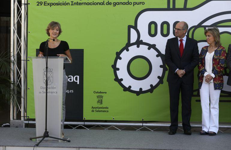 La ministra de Agricultura, Alimentación y Medio Ambiente, Isabel García Tejerina (i), durante su intervención hoy en la inauguración de una nueva edición de la Feria del Sector Agropecuario Salamaq 2017 en Salamanca.