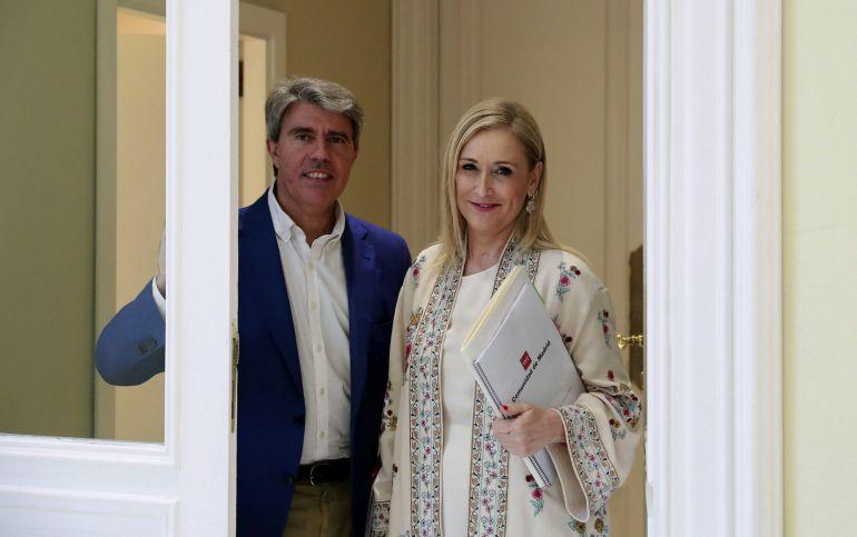 Foto de archivo de la presidenta de la Comunidad de Madrid, Cristina Cifuentes, y el consejero de Presidencia, Justicia y Portavoz del Gobierno, Ángel Garrido,