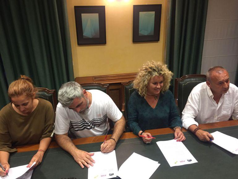 Cristina Moreno, segunda a la derecha, en el momento de la firma del acuerdo