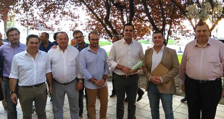 Tomás Fuentes acompañado por miembros del PP provincial, en el acto de Úbeda