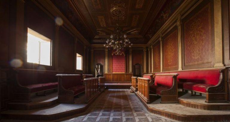 El salón de plenos histórico destruido y sustituido por unos aseos