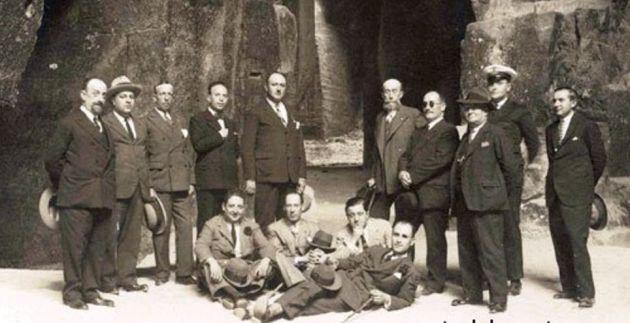 Pelayo Quintero (el quinto desde la derecha, de pie) durante la visita del rey Alfonso XIII a las cuevas-cantera de El Puerto de Santa María, en Cádiz.