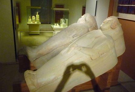 Sarcófago de la Dama de Cádiz (en primer plano).