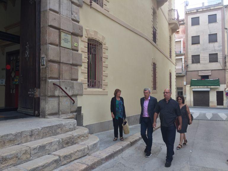 A la dreta, Josep Rodríguez arriba al jutjat de Tortosa. L'acompanyen, entre d'altres, Josep Felip Monclús i Maria Jesús Viña, regidors d'ERC a l'Ajuntament de la capital del Baix Ebre.