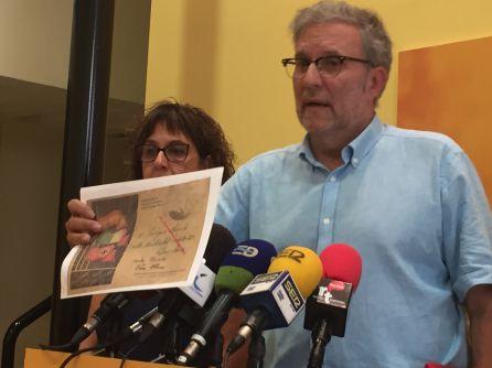 Toni Bou, amb el document amb propaganda feixista que el règim franquista obligava els presos i familiars a emprar per comunicar-se.