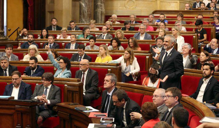 El pleno del Parlament vota hoy en medio de las protestas de algunos diputados.