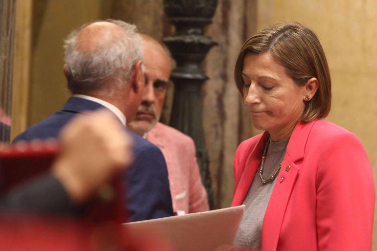 Los letrados del Parlament han registrado un informe dirigido a la Mesa del Parlament en el que han alertado a la presidenta, Carme Forcadell (d), que la tramitación de las leyes de ruptura choca con las advertencias del Tribunal Constitucional (TC)