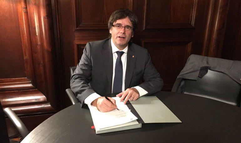 Carles Puigdemont signa i promulga la Llei del Referèndum d'Autodeterminació de Catalunya.