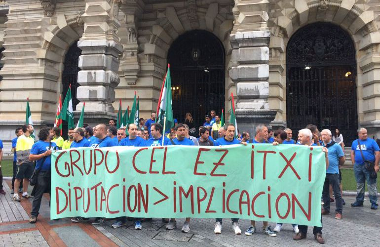 Los trabajadores del grupo CEL se concentran frente al Palacio foral en Bilbao.