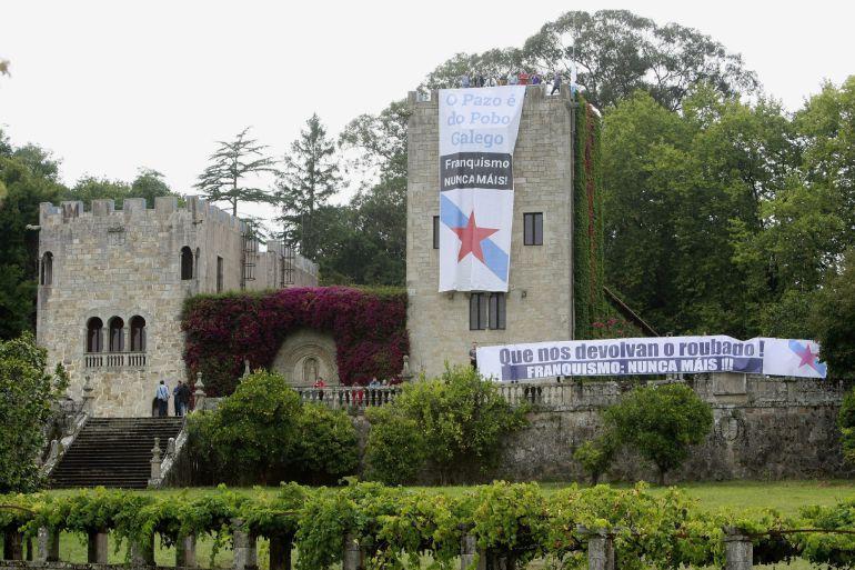 """Una veintena de ciudadanos ha ocupado de forma simbólica el Pazo de Meirás y han colgado dos pancartas de """"Franquismo, Nunca Máis!"""", con el apoyo de un centenar de personas desde el exterior en un acto respaldado por el BNG"""