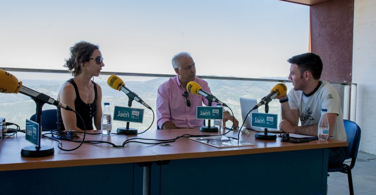 De izquierda a derecha, la concejala de Turismo, Olga Melero, el alcalde de La Iruela, José Antonio Olivares, y el presentador, César García.