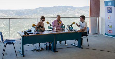 De izquierda a derecha, Olga Melero, concejala de Turismo, José Antonio Olivares, alcalde de La Iruela, y el presentador, César García.